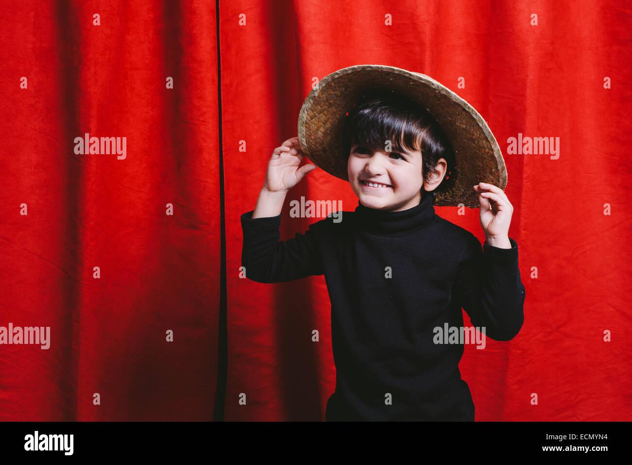 Tre anni di vecchio ragazzo che indossa abiti neri e una capanna di paglia  Immagini Stock 24a3a55fb8aa