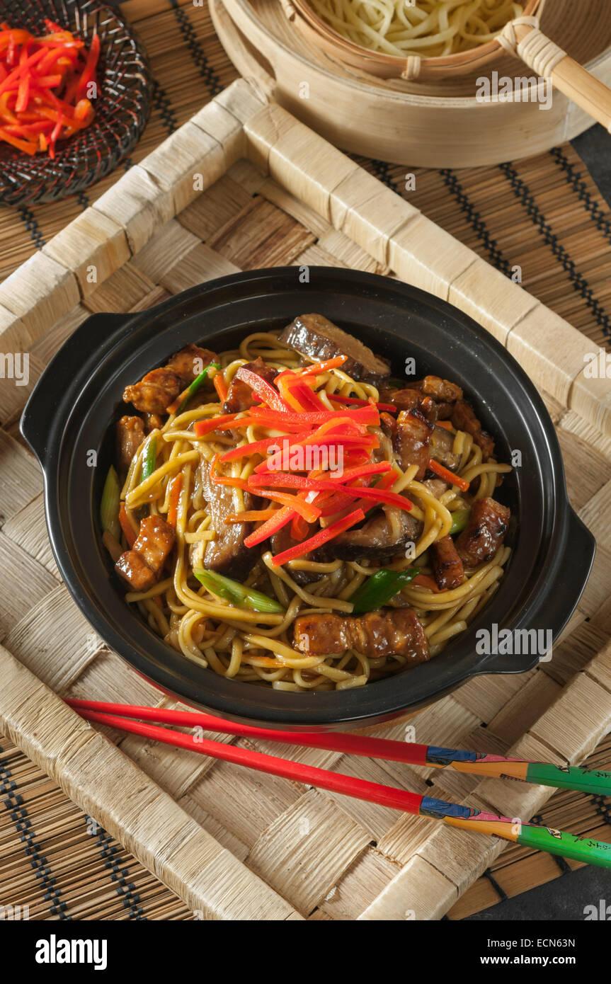 Yakisoba. Noodles fritti. Il cibo giapponese Immagini Stock