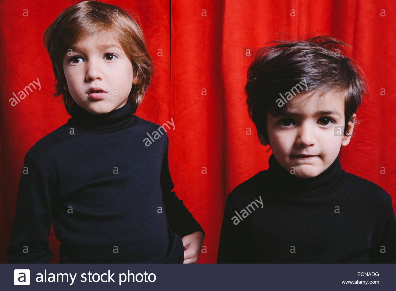 Ritratto in studio di due ragazzi che indossa abiti neri Immagini Stock