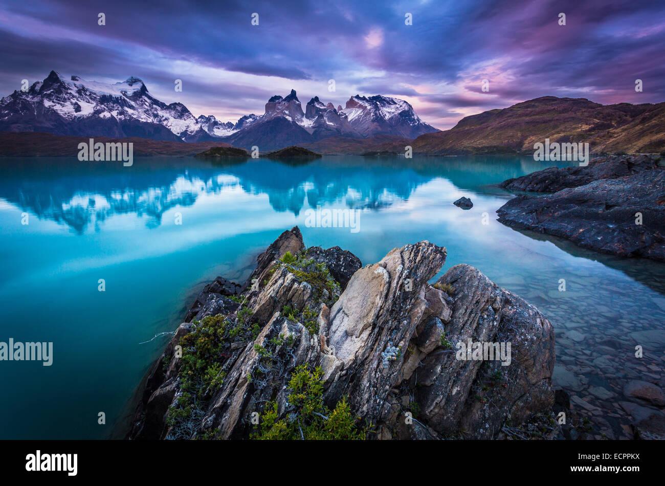 Tramonto sul lago Pehoe e il Los Cuernos picchi nel Parco Nazionale Torres del Paine, Patagonia, Cile Immagini Stock