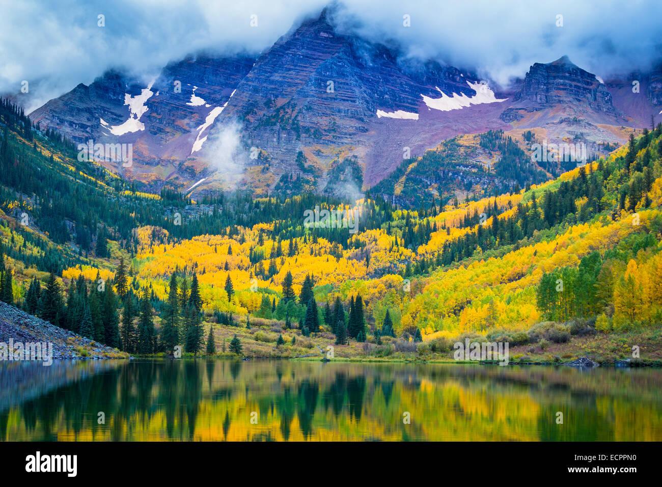 I Maroon Bells sono due picchi in Elk Mountains, Maroon picco e Nord Maroon picco, separate da circa un terzo di Immagini Stock