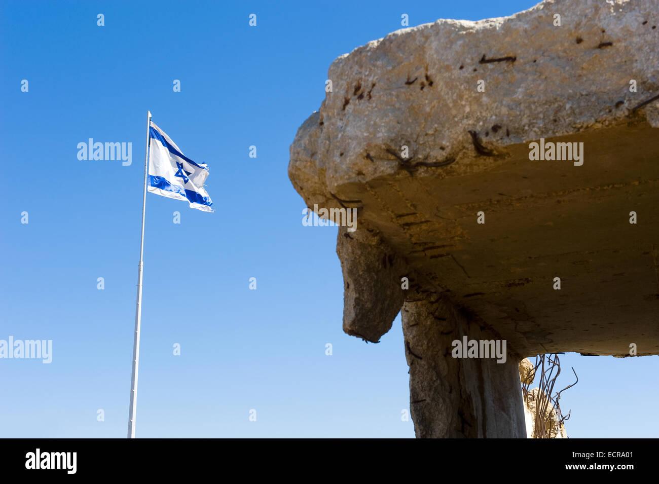 Parte di un bunker a 'tel e-saki' con la Israelian bandiera sulle alture del Golan Immagini Stock