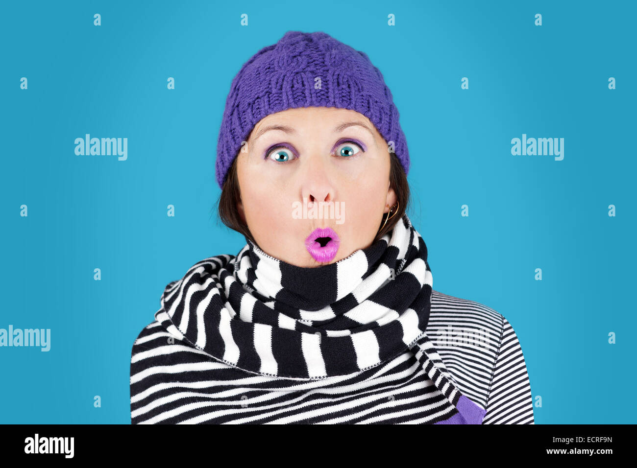Funny sorpresi di fronte donna con cappello di lana e la striscia in bianco  e nero sciarpa  divertente concetto di inverno 5b928b4a919c