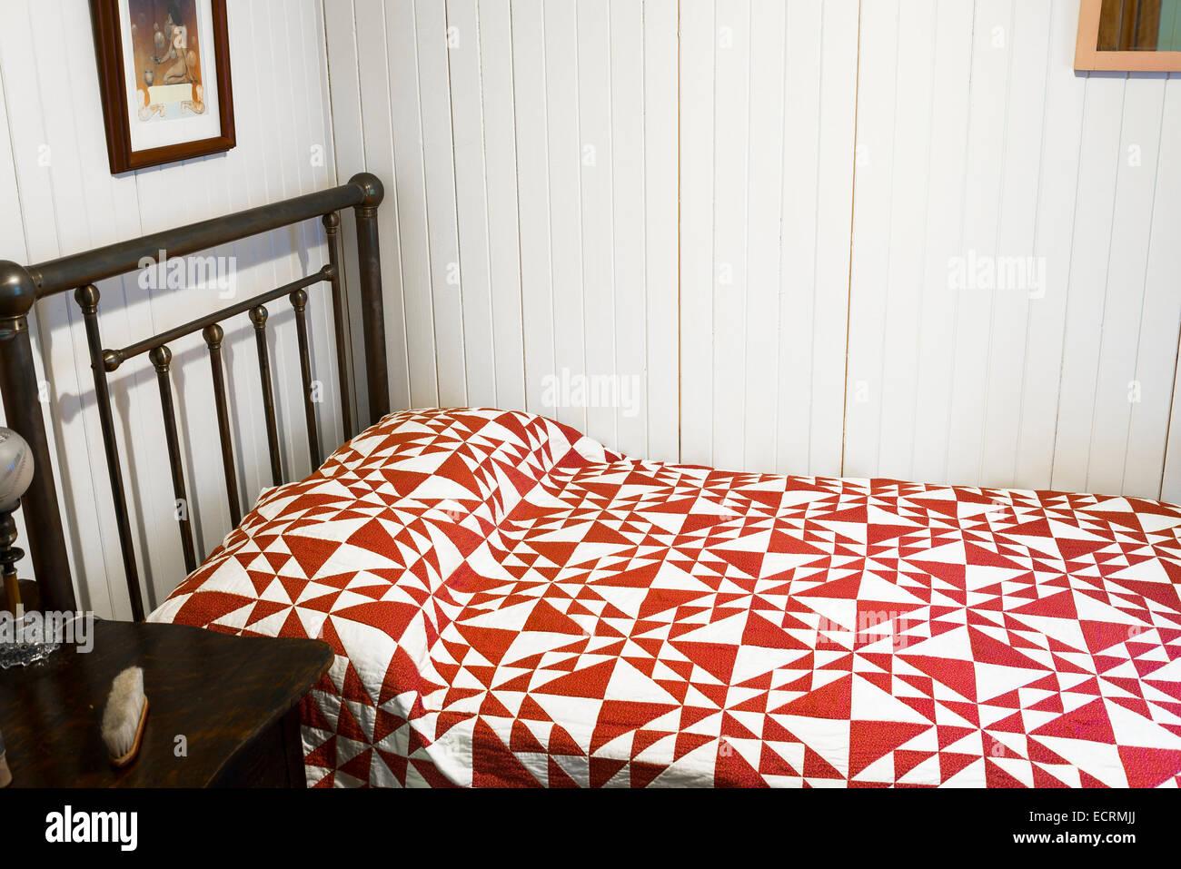 Vecchio letto in ottone con Copriletto trapuntato, Burnaby Village Museum, Burnaby, British Columbia, Canada Immagini Stock