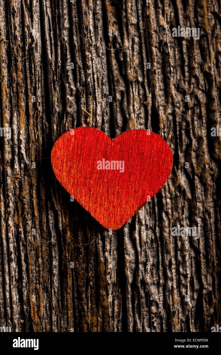 Legno cuore rosso impostato su legno rustico con il fuoco selettivo Immagini Stock