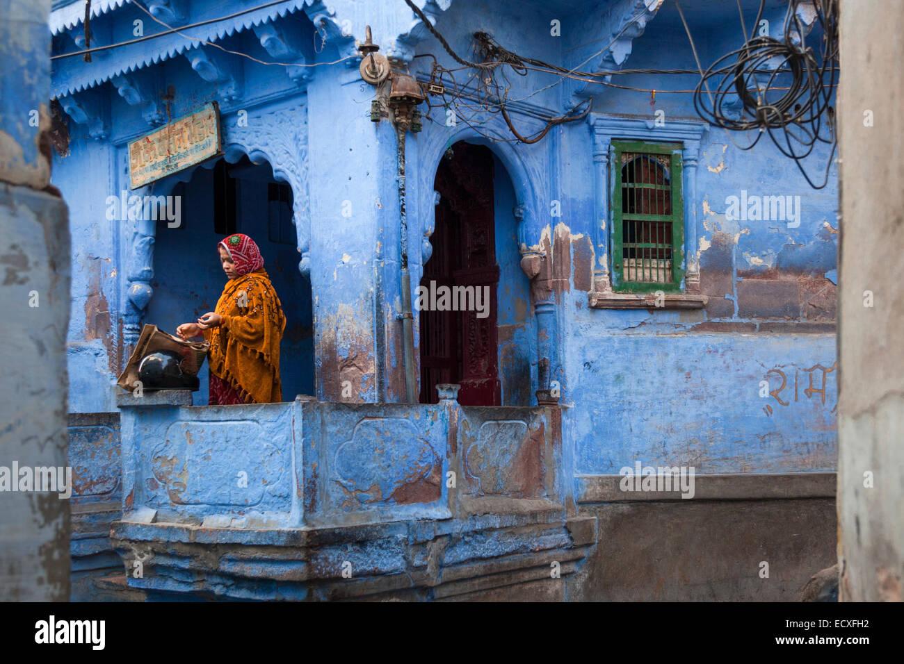"""Donna indiana permanente sulla sua terrazza a Jodhpur, India del 'città blu"""" Immagini Stock"""