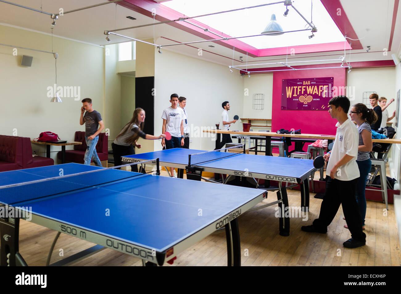 Gli adolescenti giocando a ping-pong in e dopo la scuola club presso il 'Wiff Waff Bar', un tavolo da ping Immagini Stock