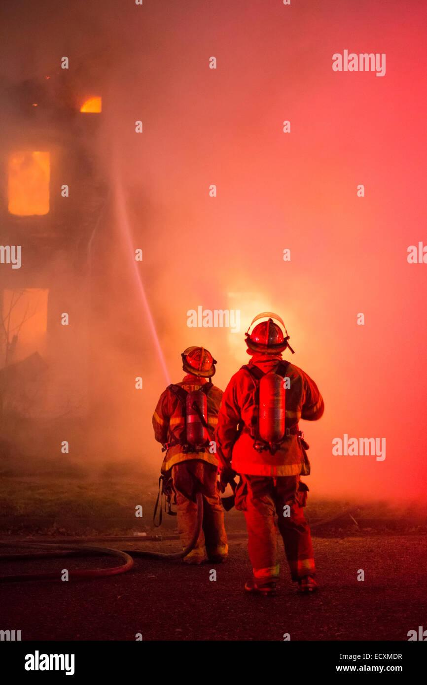 Detroit, Michigan STATI UNITI D'AMERICA - Vigili del Fuoco battaglia un incendio che ha distrutto una casa vuota Immagini Stock