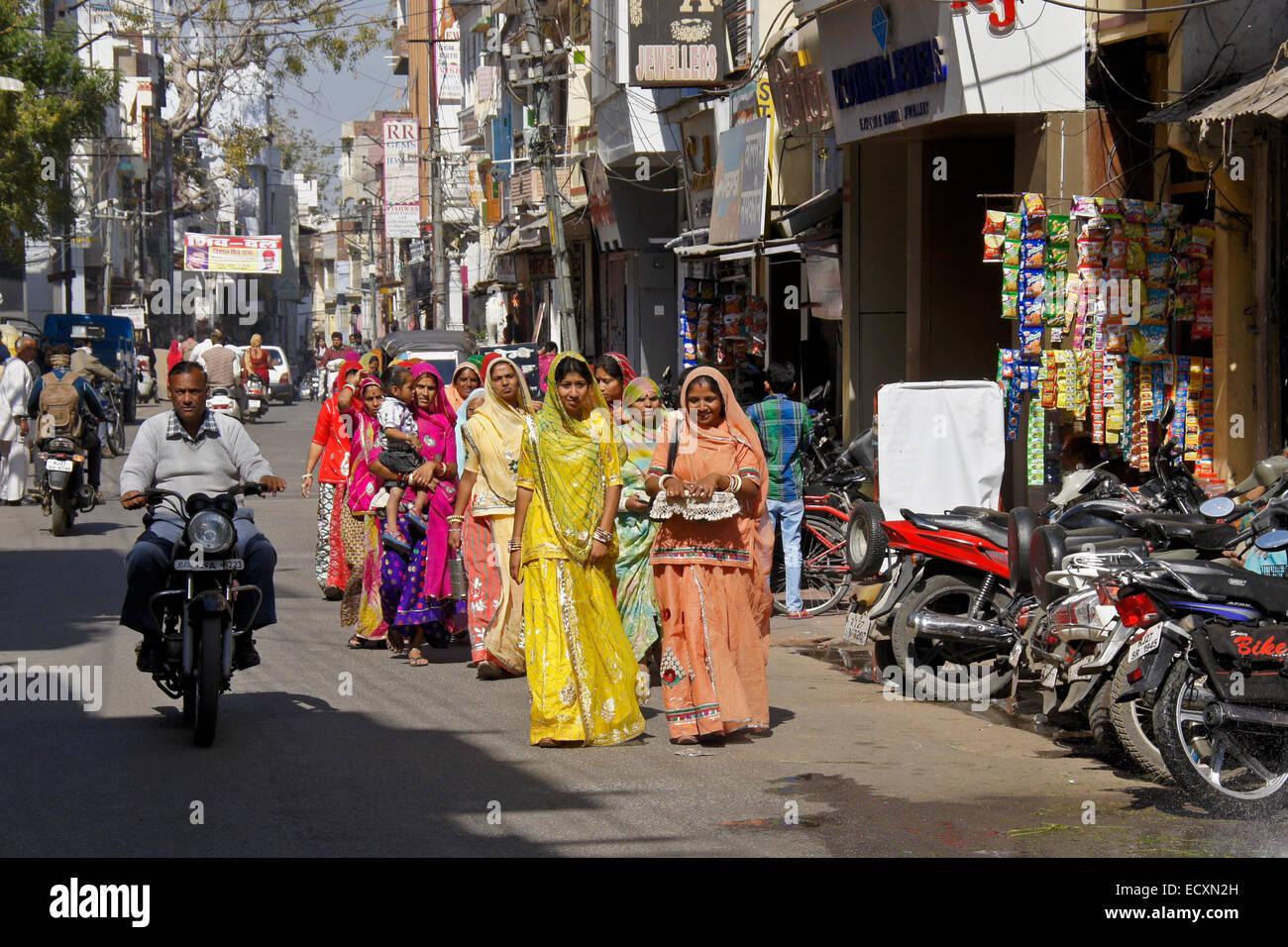 Le donne a piedi su strada nel quartiere commerciale, Udaipur, Rajasthan, India Immagini Stock