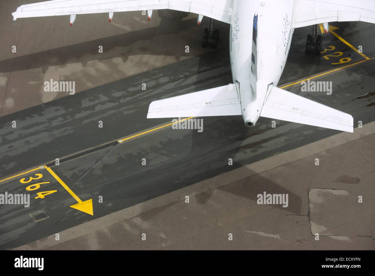 Vista aerea (dalla torre di controllo) di aereo generico all'aeroporto di Londra Heathrow. Immagini Stock