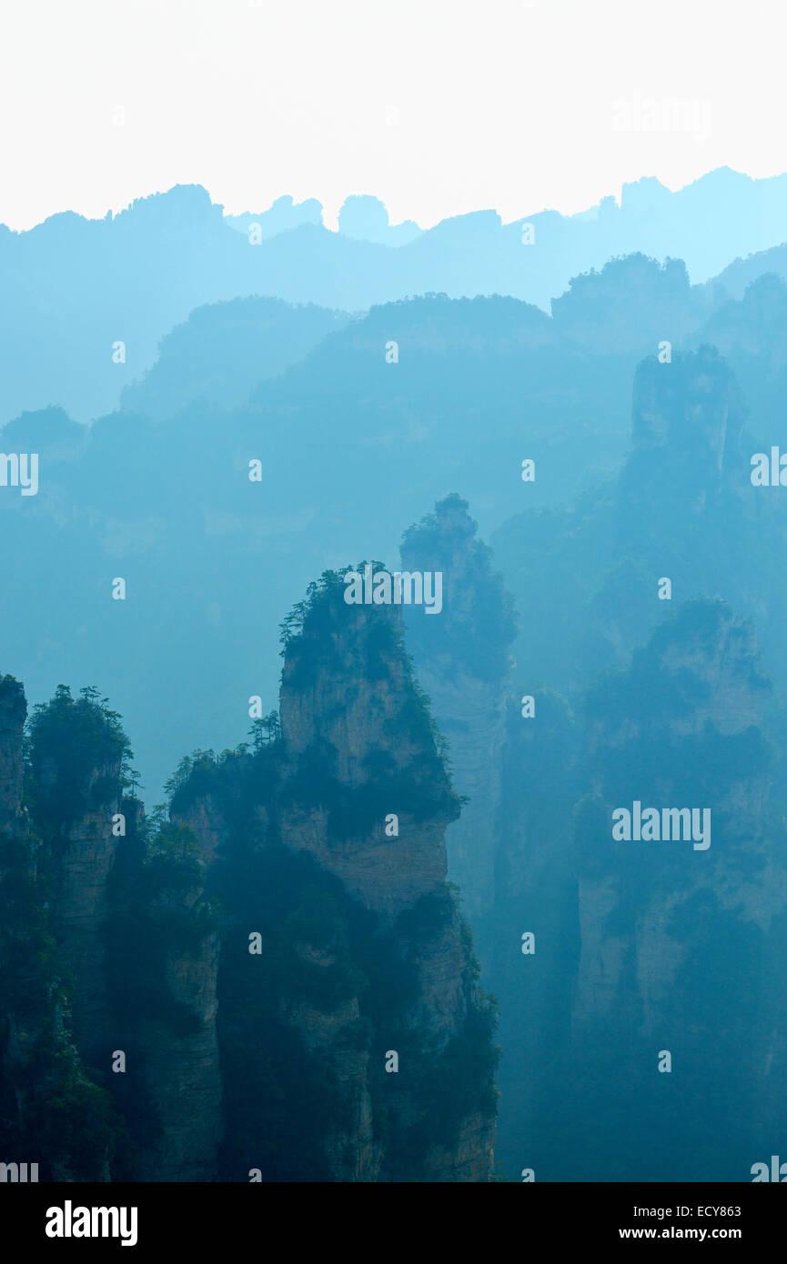 Silhouette di 'Avatar' montagne, Zhangjiajie National Park, nella provincia del Hunan, Cina Immagini Stock