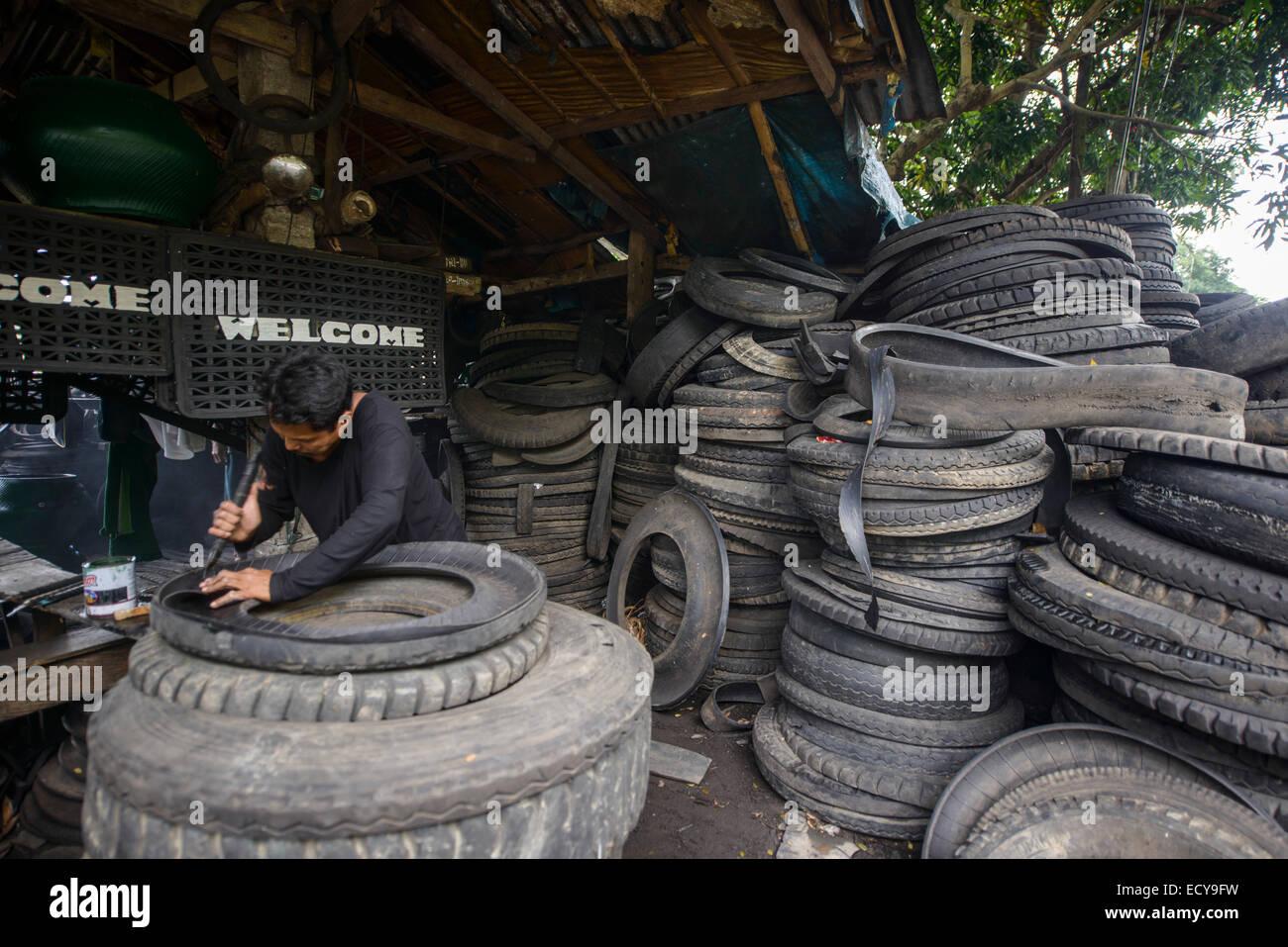 Riciclaggio dei vecchi pneumatici per camion per costruire mobili, South Luzon, Filippine Immagini Stock