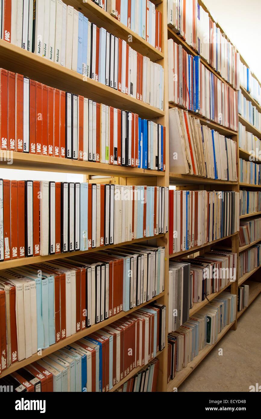 Vecchia registrazione del suono archivi su nastro e su disco, memorizzati in Clitheroe Castle, Lancashire, Regno Immagini Stock