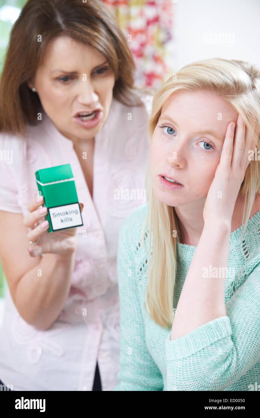 Madre Figlia di fronte oltre i pericoli del fumo Immagini Stock