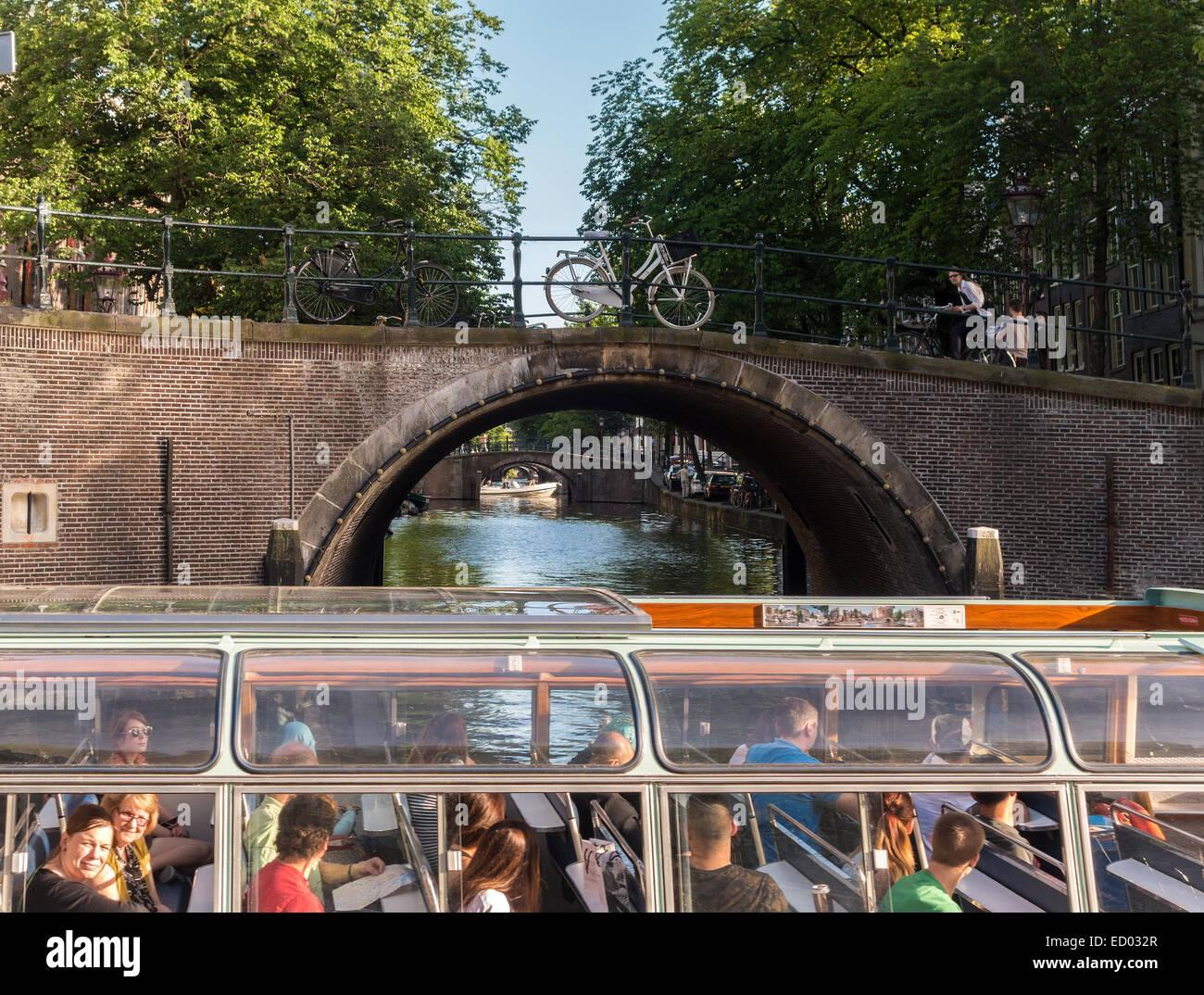 Amsterdam Canal Sette Ponti del Reguliersgracht visto da un canal cruise tour in barca con i turisti in Herengracht Immagini Stock