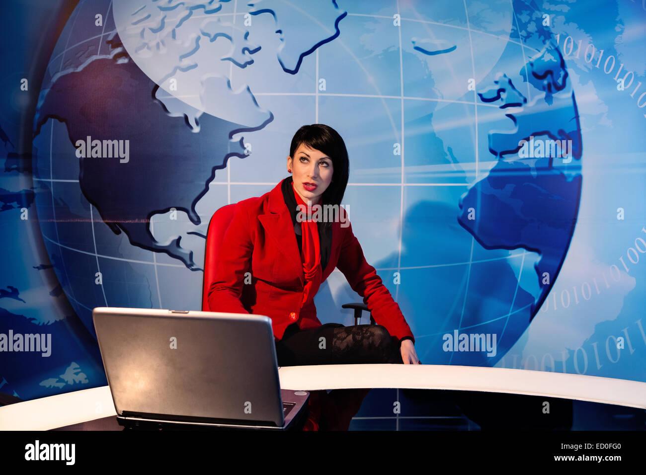 Donna seduta in studio tv Immagini Stock