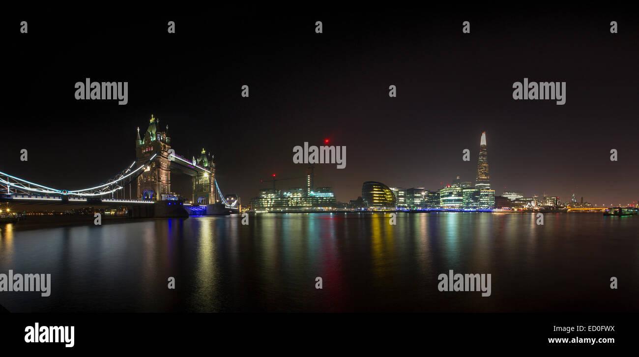 Regno Unito, Londra, illuminato London Bridge e Shard edificio di notte e il fiume Tamigi in primo piano Immagini Stock
