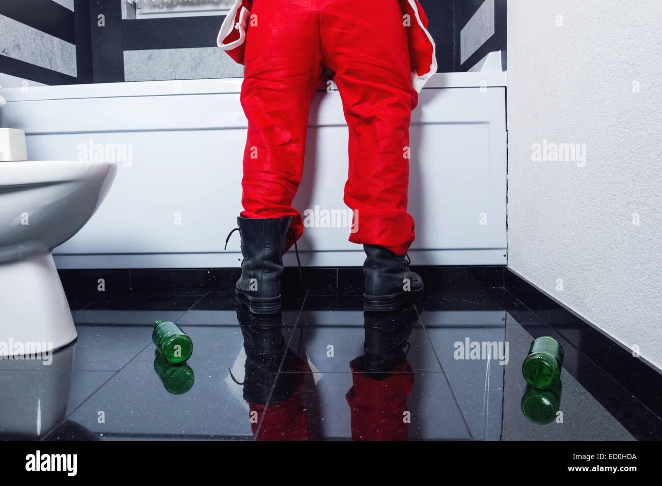 Jeans Vasca Da Bagno : Uomo in santa claus costume di gettare nella vasca da bagno dopo la