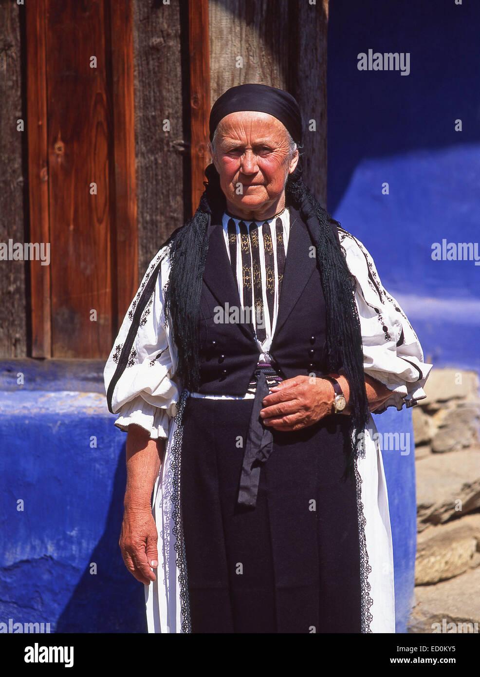Vecchia donna in costume tradizionale, Pöltinis, Hargita County, Centru (Transilvania) Regione, Romania Immagini Stock