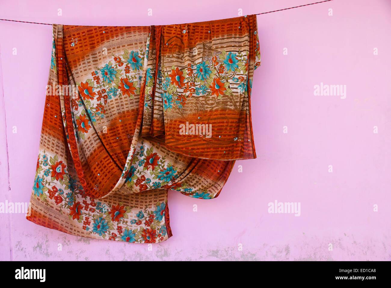 Sari (saree) appesi ad asciugare, India Immagini Stock
