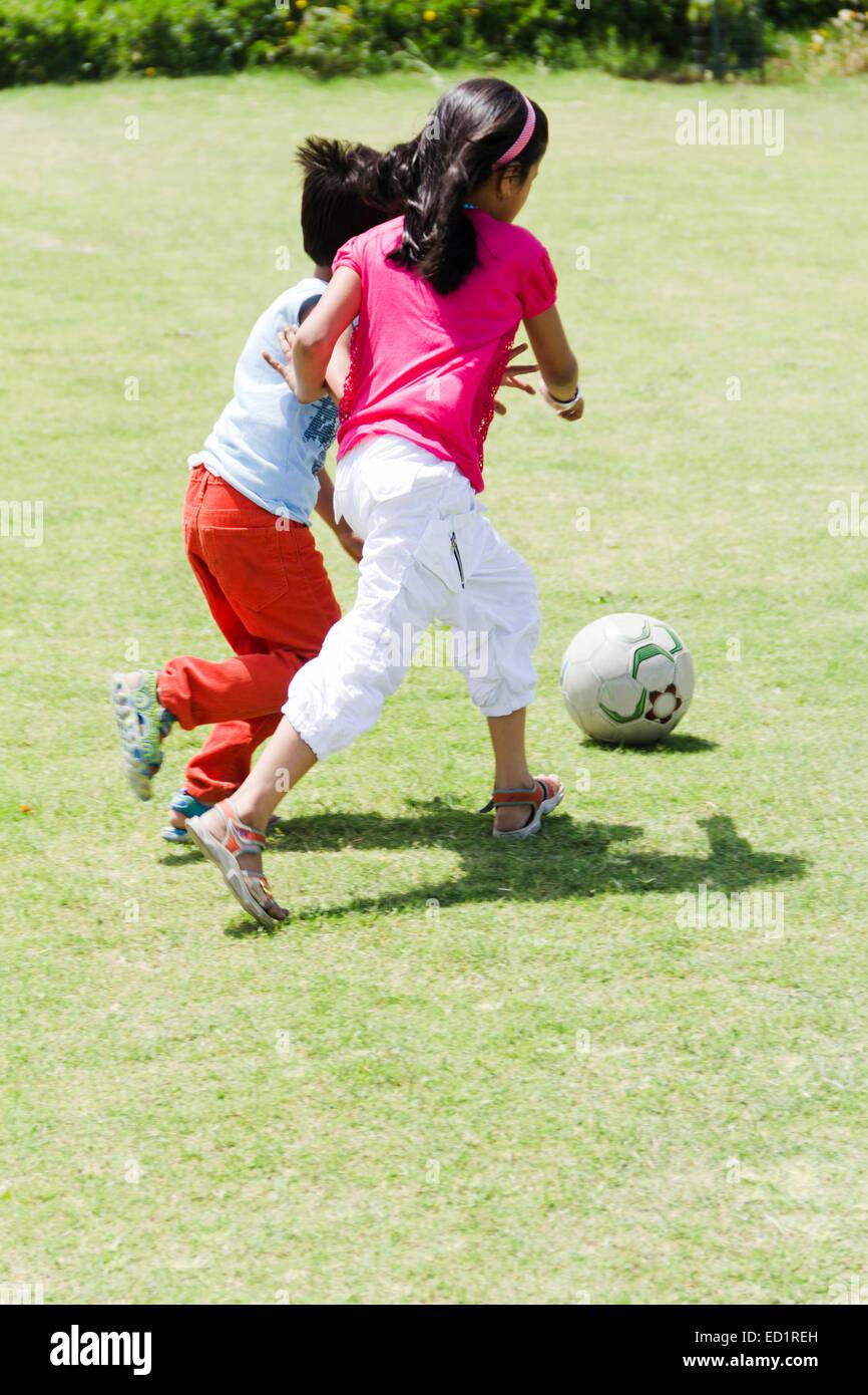 il più votato reale nuovo design gamma completa di specifiche 2 bambini indiani parco amico a giocare il gioco del calcio ...