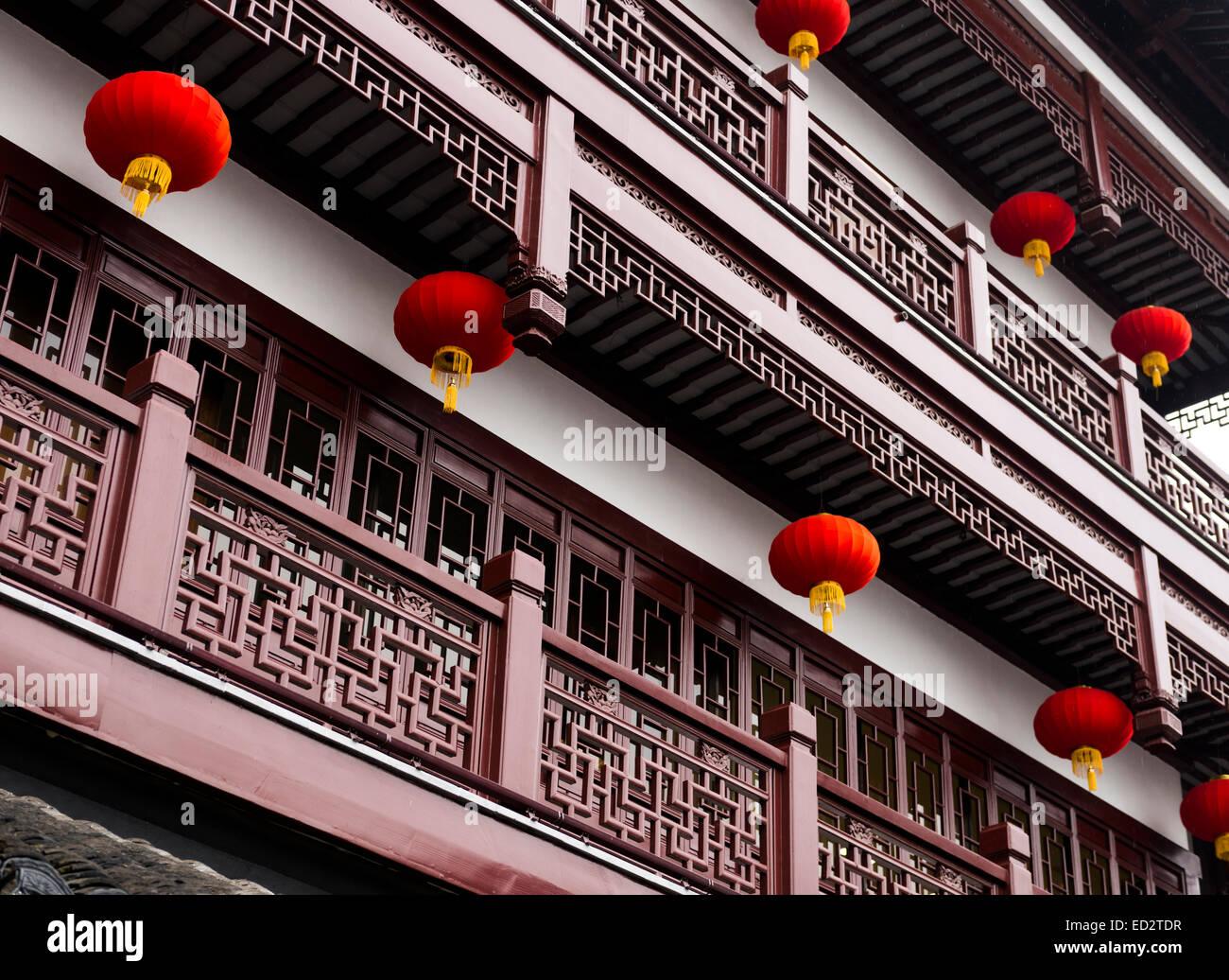 Lanterne rosse e architettura tradizionale dettagli della città vecchia di Shanghai, Cina Immagini Stock