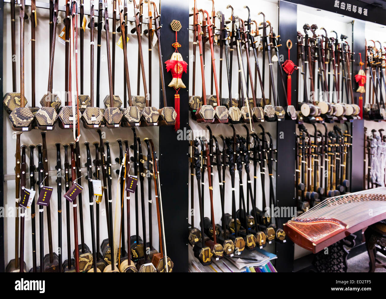 Erhu, Cinese fiddle, strumenti musicali in un negozio a Shanghai in Cina. Immagini Stock