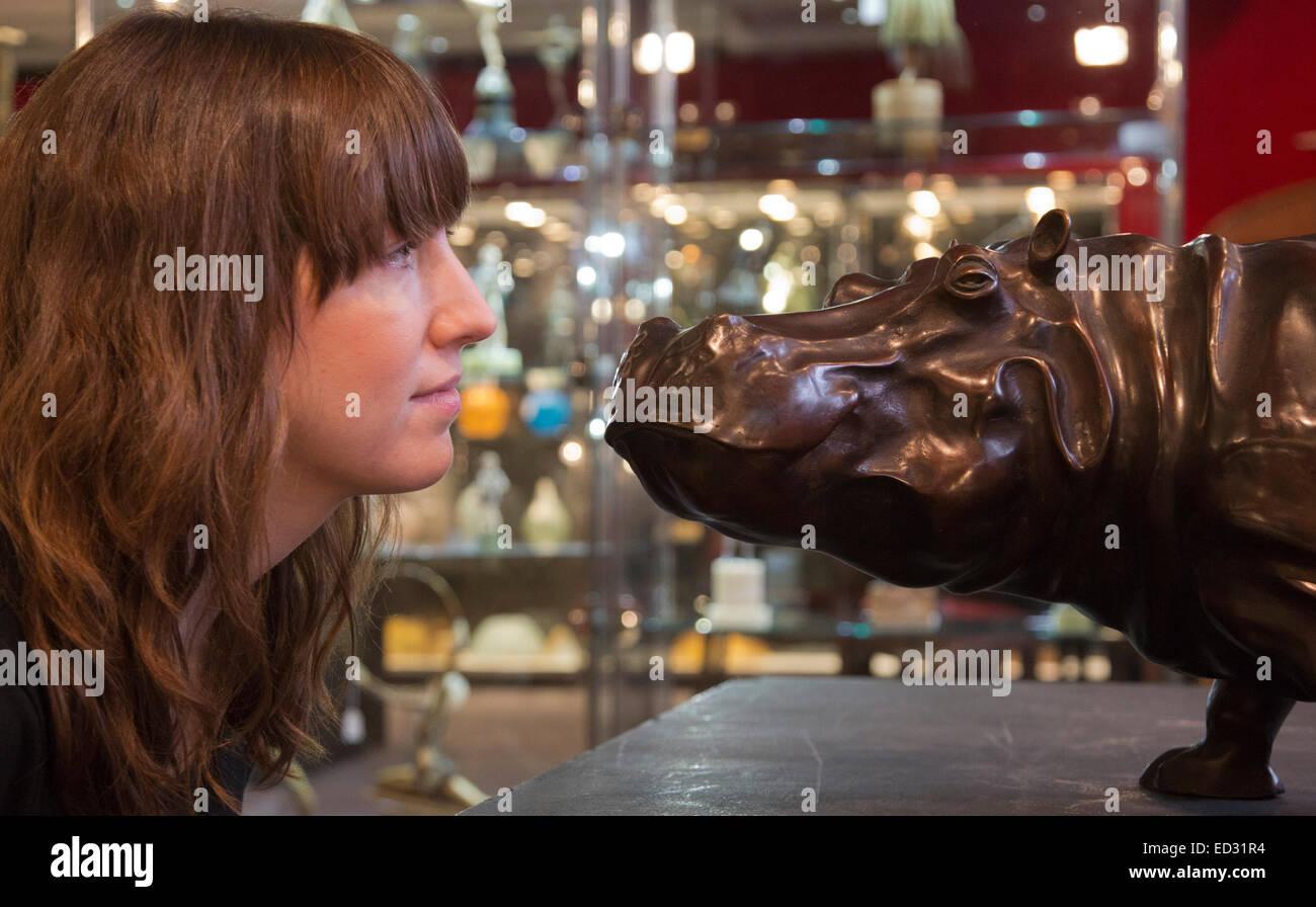 Londra, Regno Unito. Il 17 novembre 2014. La scultura in bronzo di un ippopotamo da Jose-Maria David. Anteprima Immagini Stock