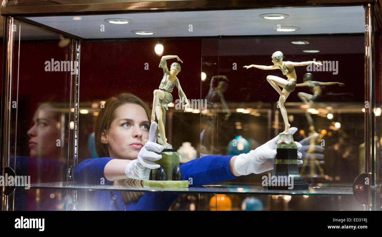 Londra, Regno Unito. Il 17 novembre 2014. Un dipendente Bonhams detiene due statuette di Ferdinand Preiss. Anteprima Immagini Stock