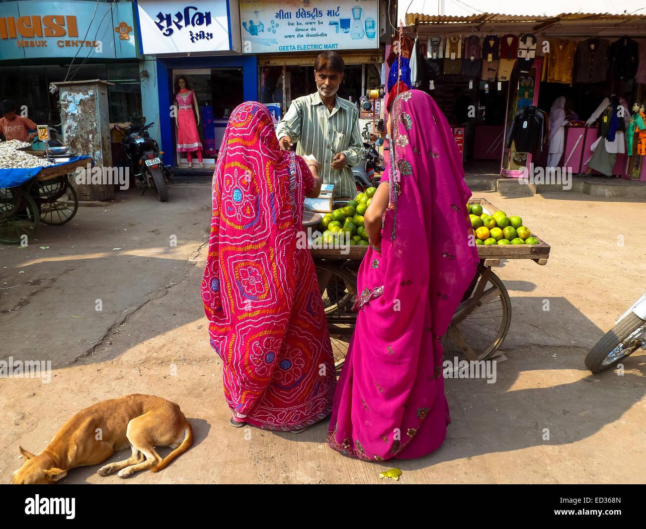 Due donne in sari colorati a strade di bhuij gujarat india Immagini Stock