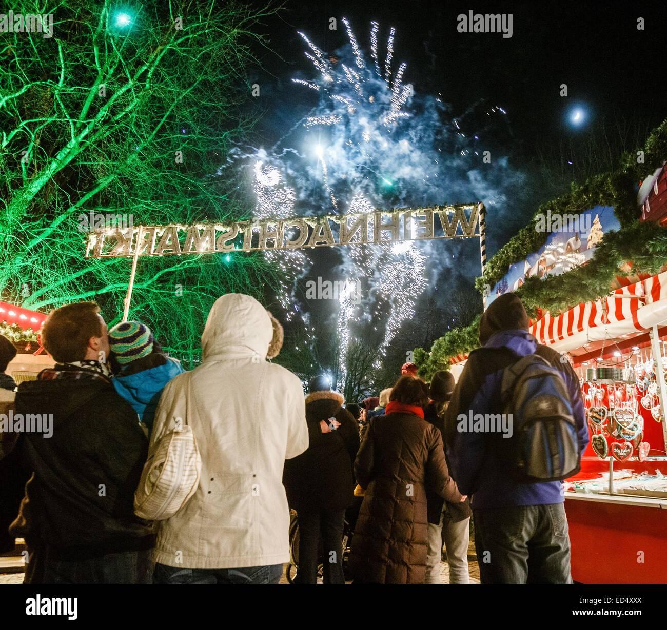 Amburgo, Germania. 27 dic 2014. Fuochi d'artificio esplodono in Harburg mercatino di Natale di Amburgo, Germania, Immagini Stock
