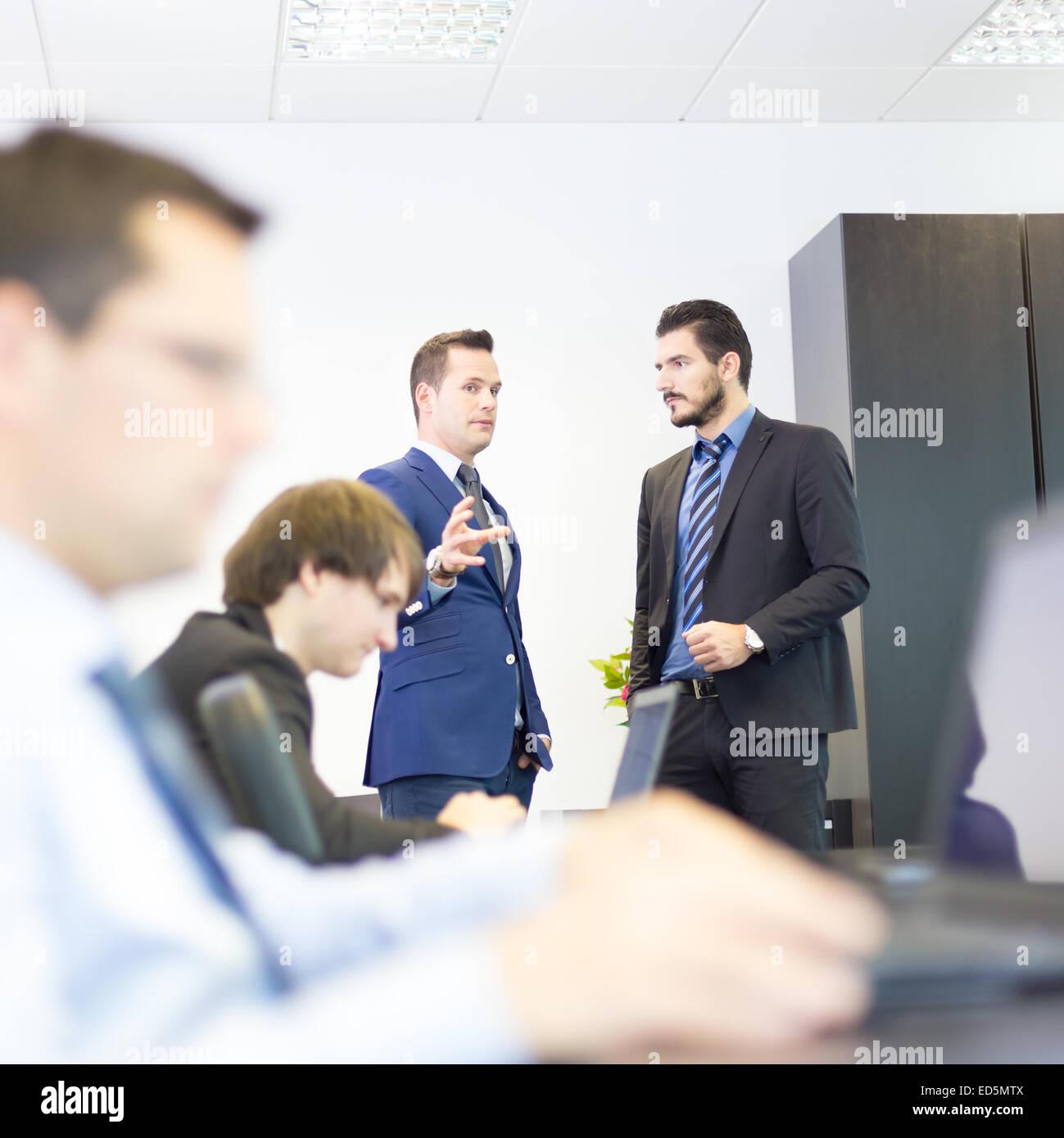 La gente di affari in ufficio moderno. Immagini Stock