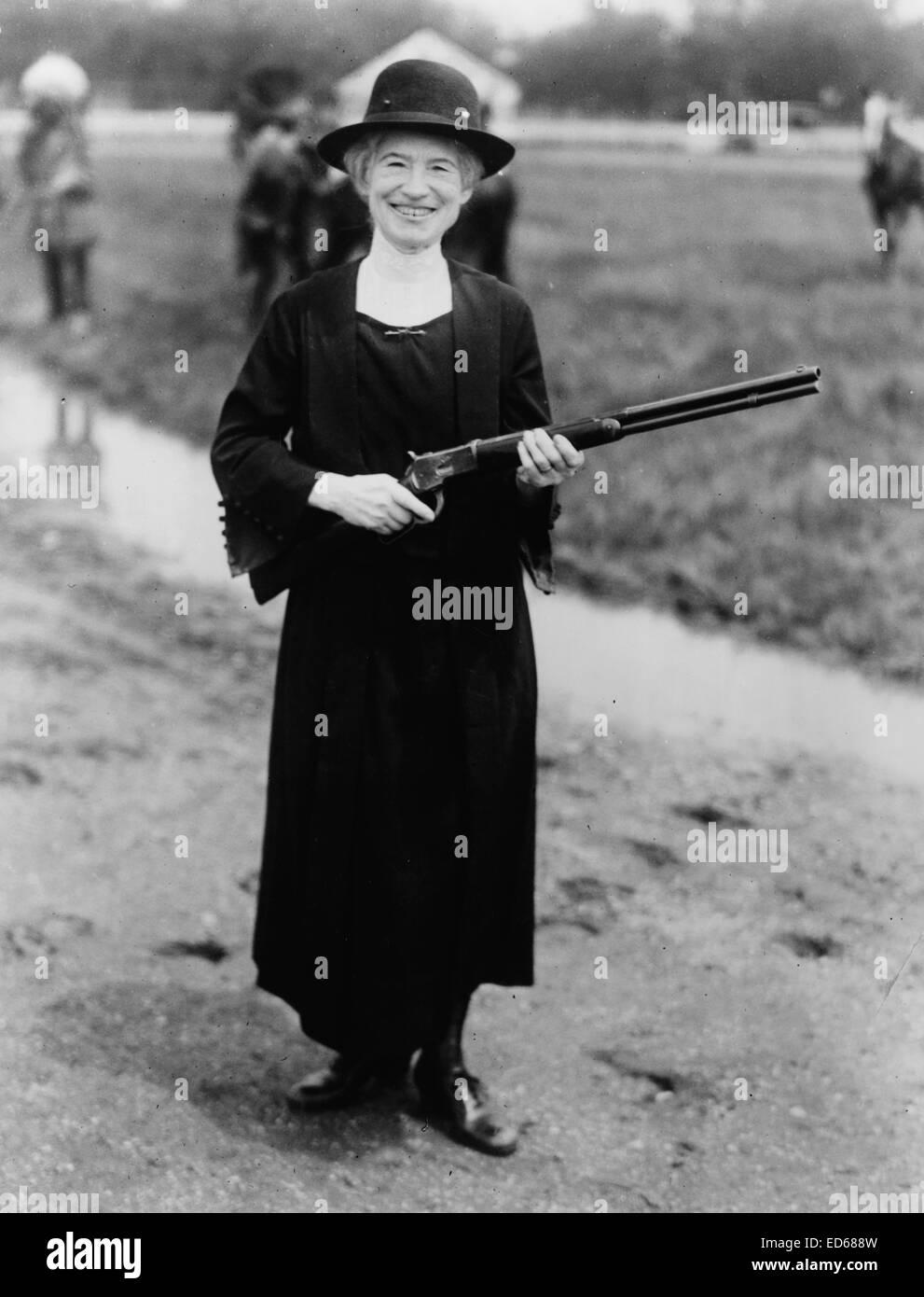 Annie Oakley, con la pistola in Buffalo Bill ha dato il suo, 1922 Immagini Stock