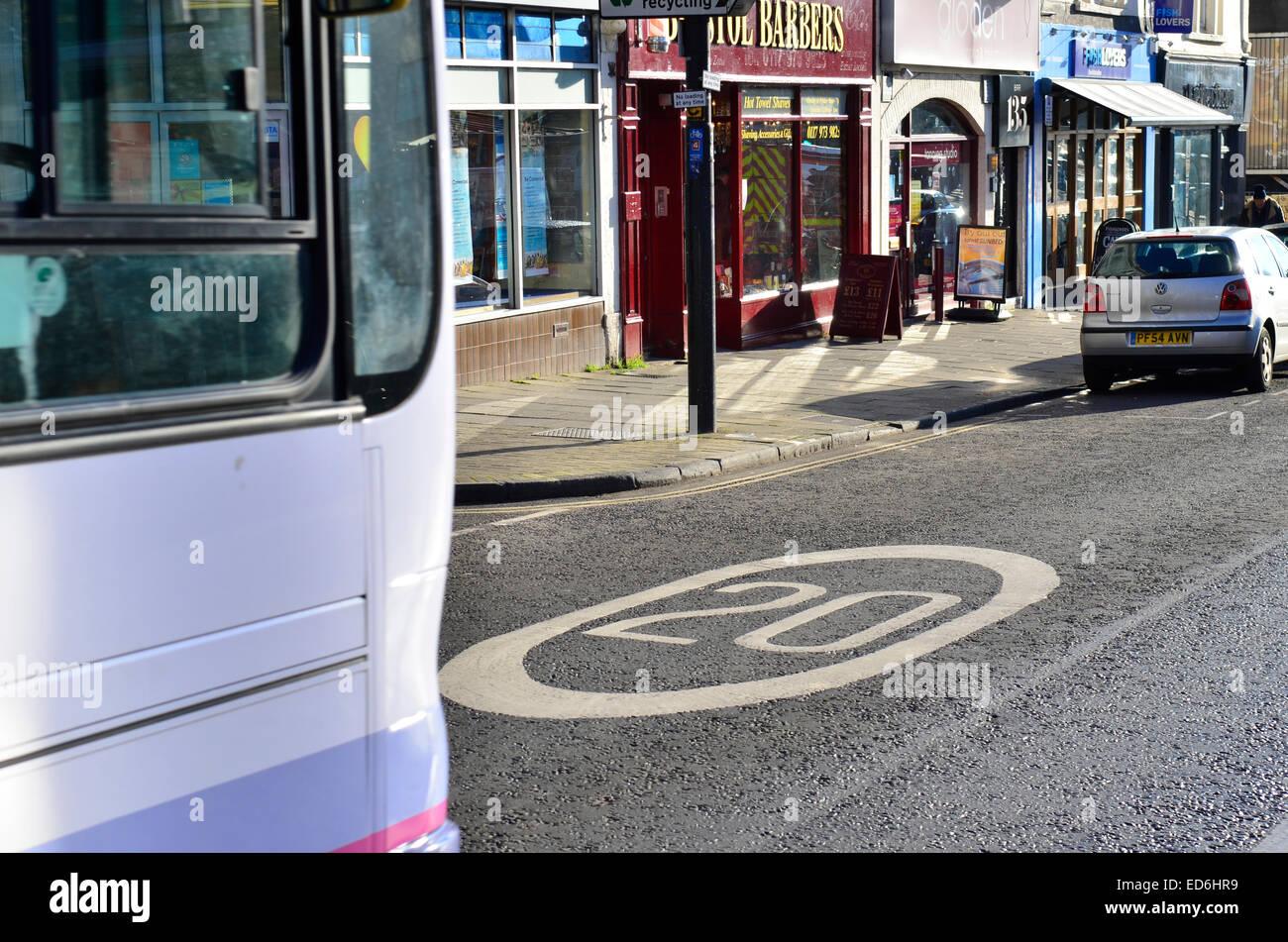 UK.La maggior parte di Bristol coperti da una 20 km/h il limite massimo di velocità.posizione mostrata Whiteladies Road. Robert Timoney/Alamy Foto Stock