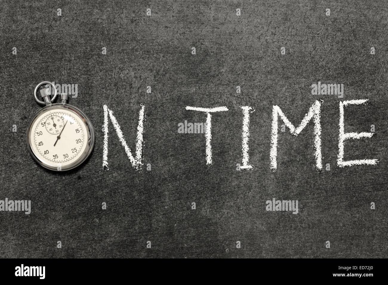 In tempo una frase scritta a mano sulla lavagna con vintage cronometro preciso utilizzato al posto di o Immagini Stock