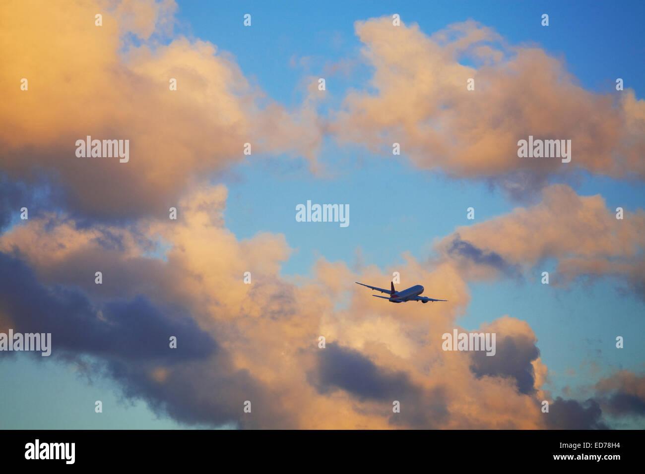 Aereo commerciale in volo vicino a Miami, Florida, Stati Uniti d'America Immagini Stock