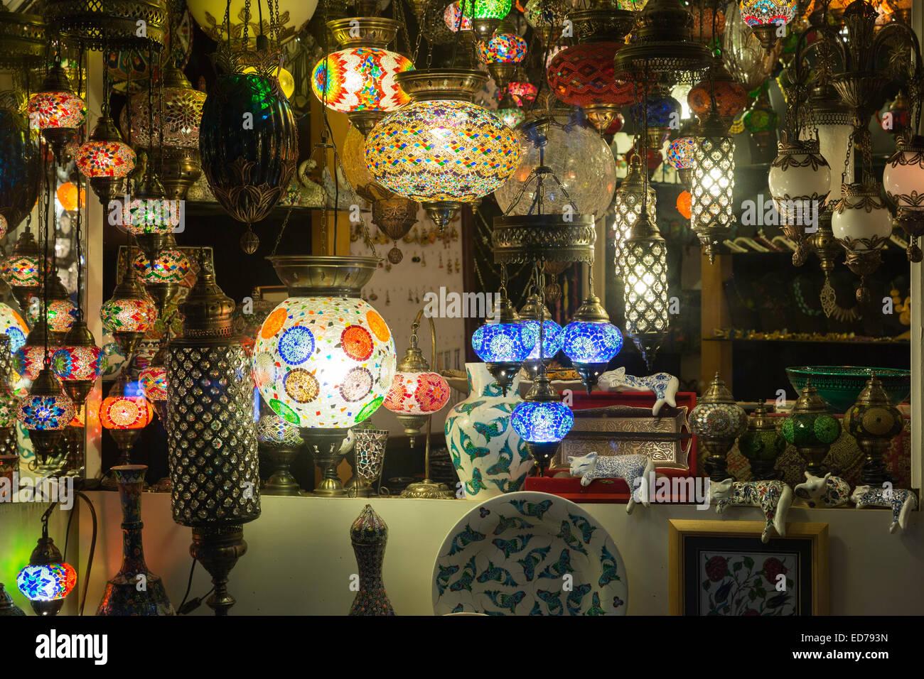 Lampade turco nella finestra di illuminazione e negozio di
