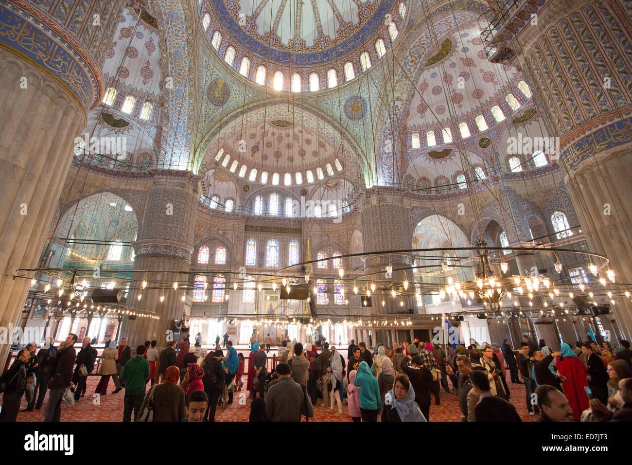 Vista dei turisti delle cupole della moschea Blu, Sultanahmet Camii o Sultan Ahmed moschea del XVII secolo ad Istanbul Foto Stock
