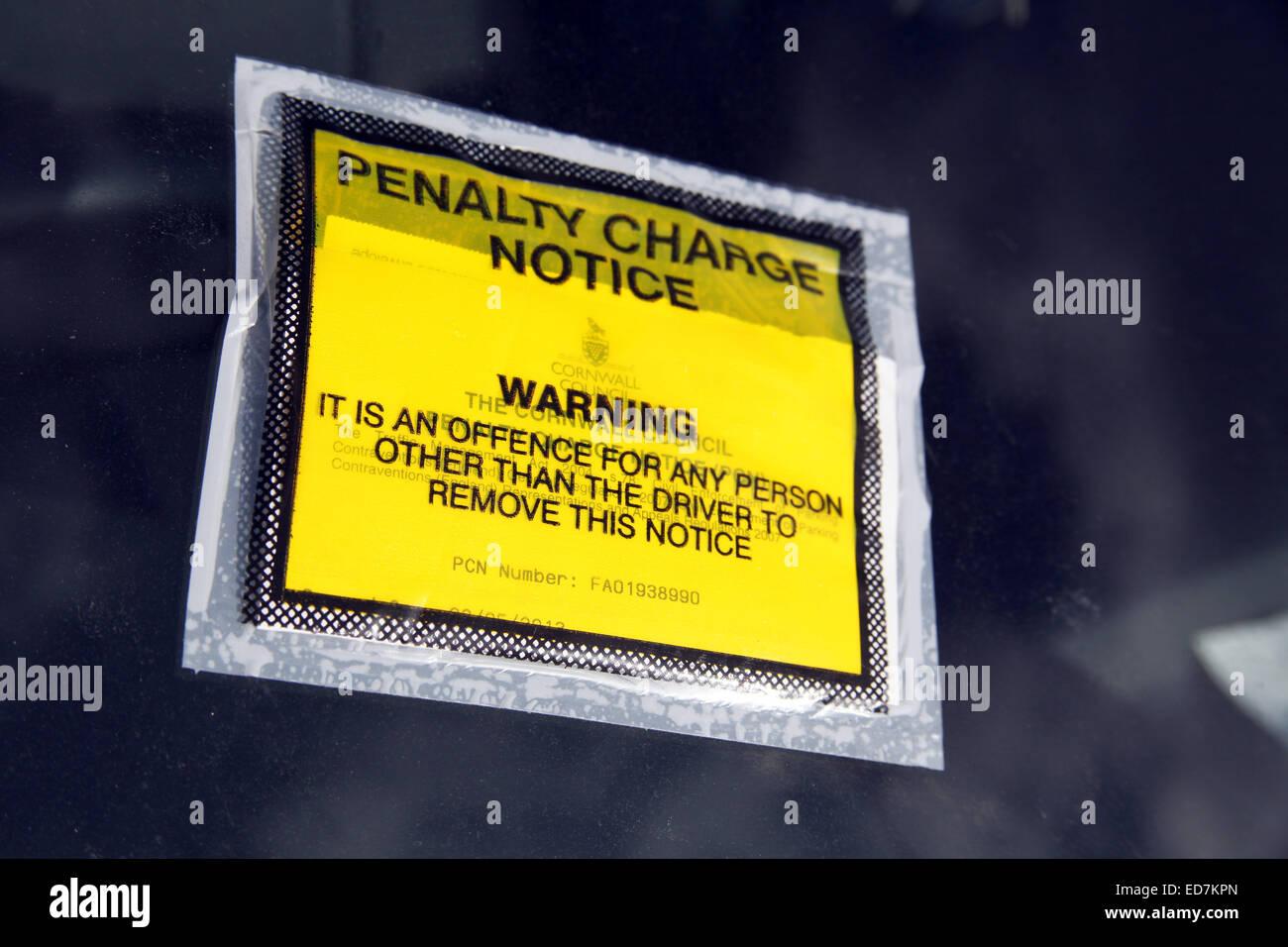 Addebito di penalità di preavviso fissato al parabrezza auto. Foto Stock