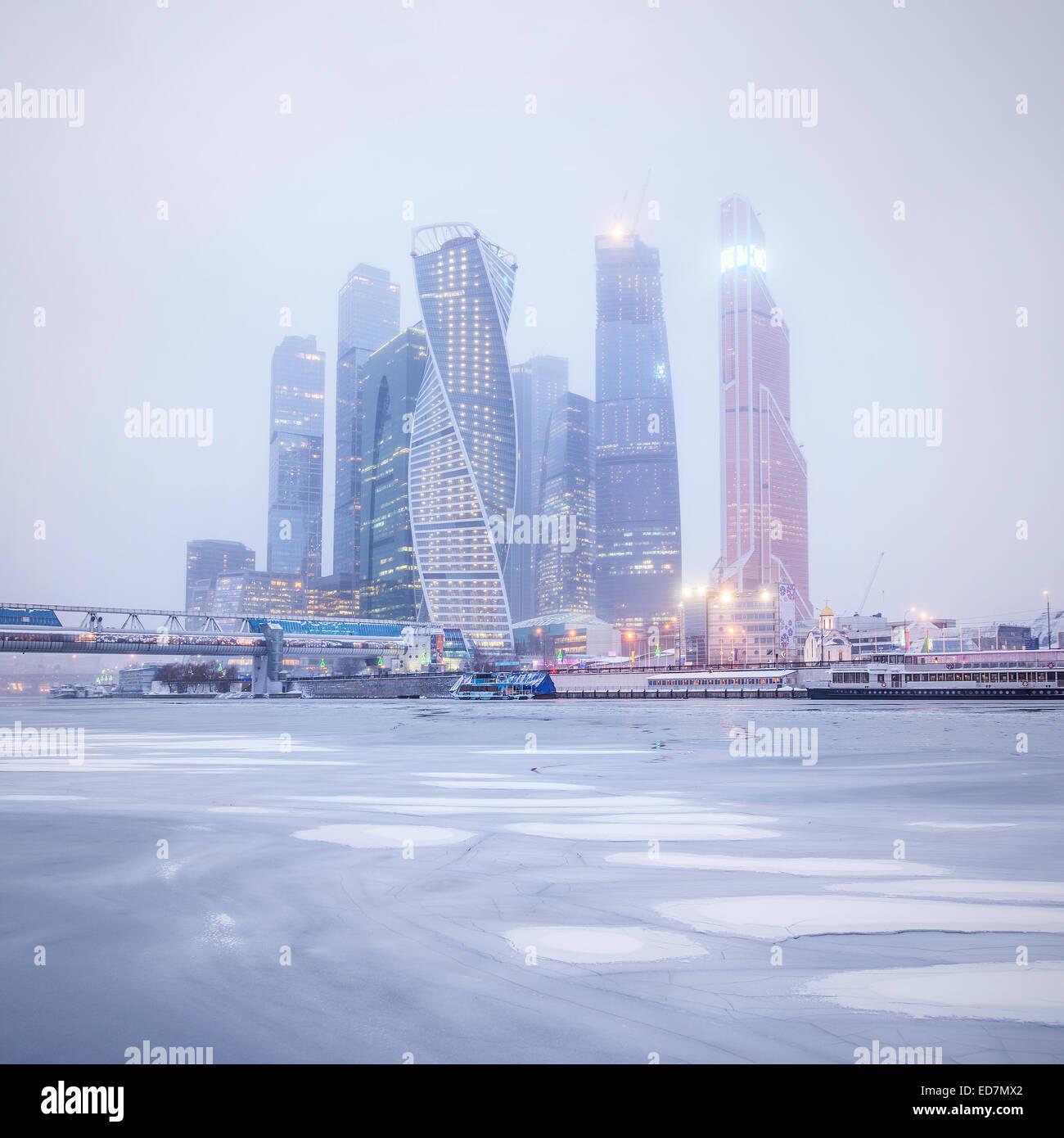 Vista invernale del centro business sotto la neve e nebbia. Mosca. La Russia. Immagini Stock