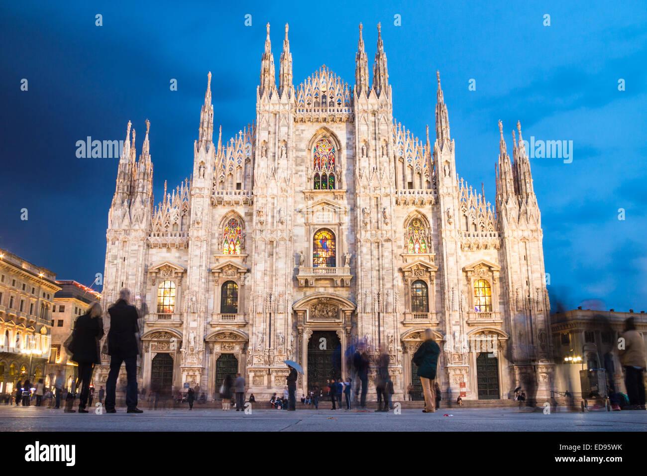 Il Duomo di Milano dalla piazza Immagini Stock