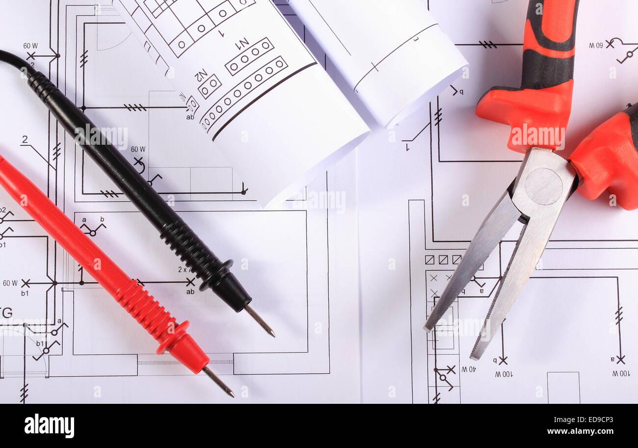 Schemi Elettrici Casa : Rotoli di schemi elettrici i cavi del multimetro e pinza metallica
