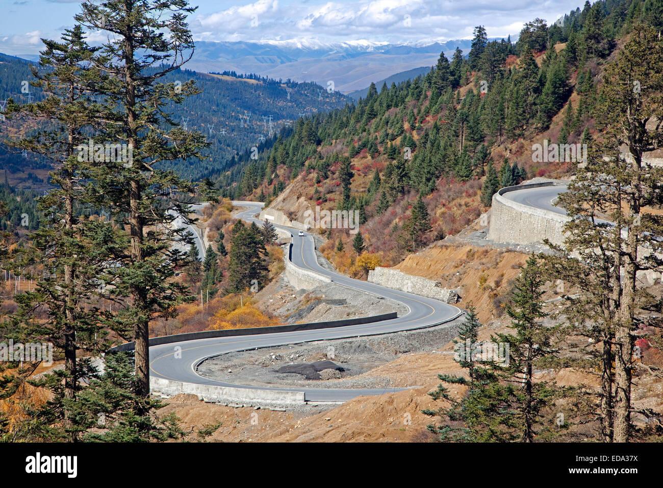 Mountain Pass in Himalaya tra Dawu e Bamei lungo l Autostrada Sichuan-Tibet, nella provincia di Sichuan, in Cina Immagini Stock