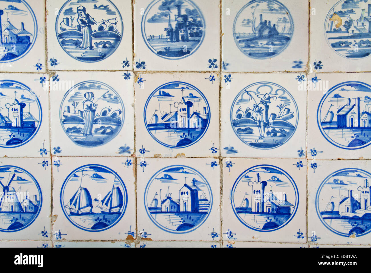 Antiche piastrelle olandese sulla parete della cucina di un