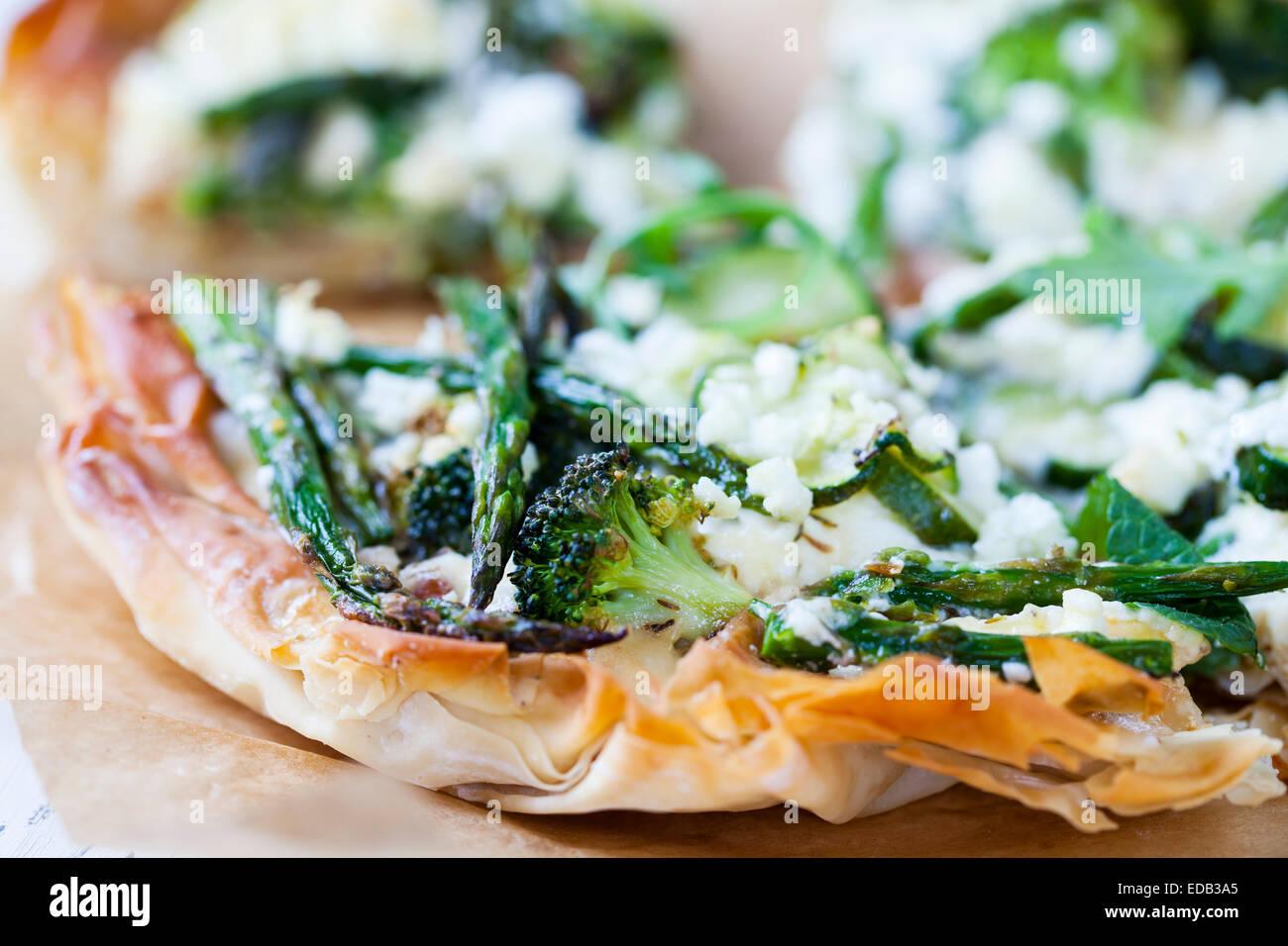 Filo torta di pasticceria con arrosti di verdura verde Immagini Stock