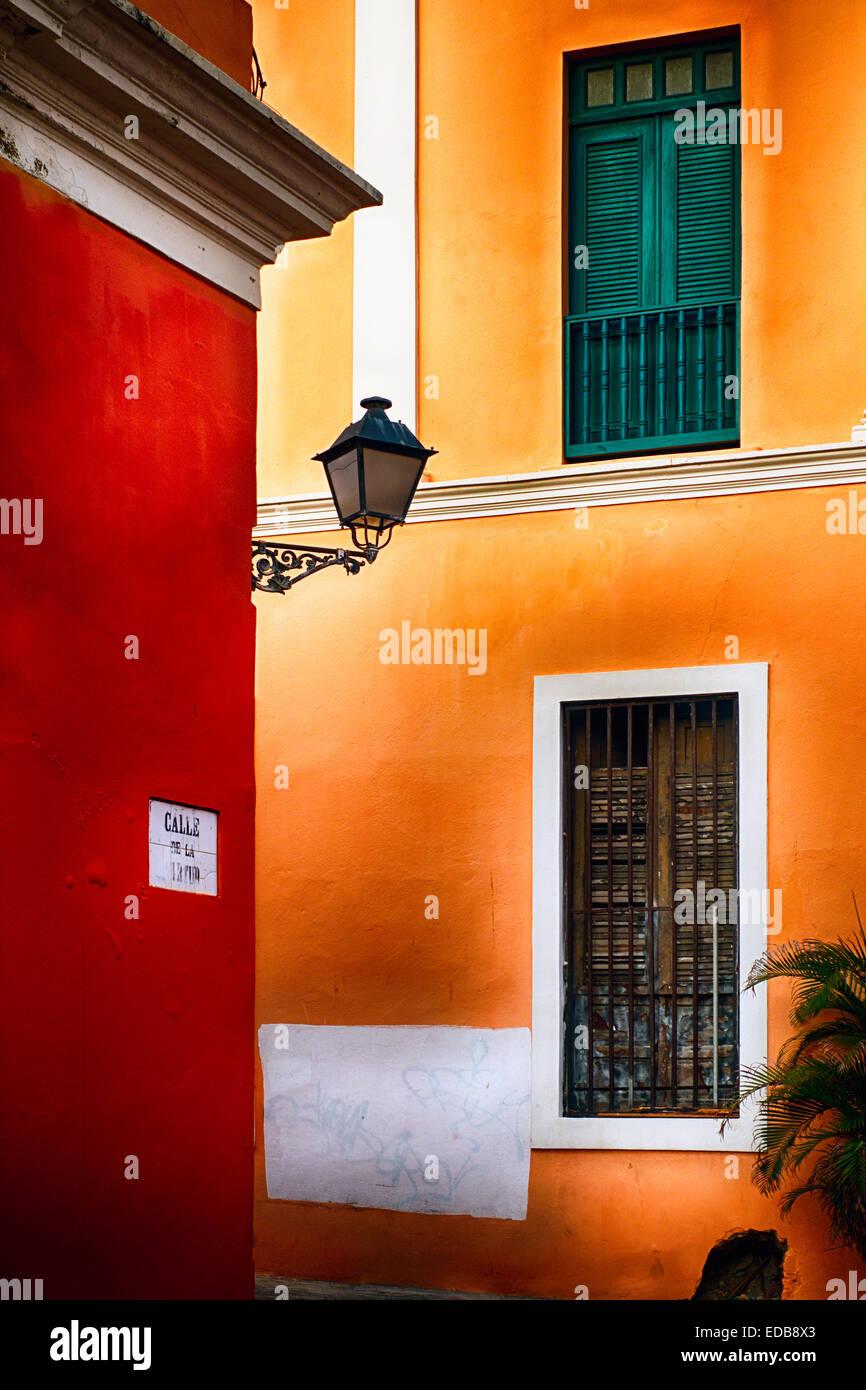 Vista di un angolo di strada con la tradizionale color pastello architettura spagnola, Old San Juan, Puerto Rico Immagini Stock
