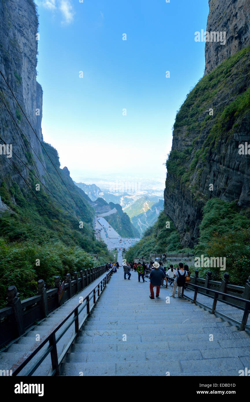 Vista dal cielo's Gate per la lunga scalinata di 900 gradini, Tianmen Grotta, il più grande del mondo di Immagini Stock