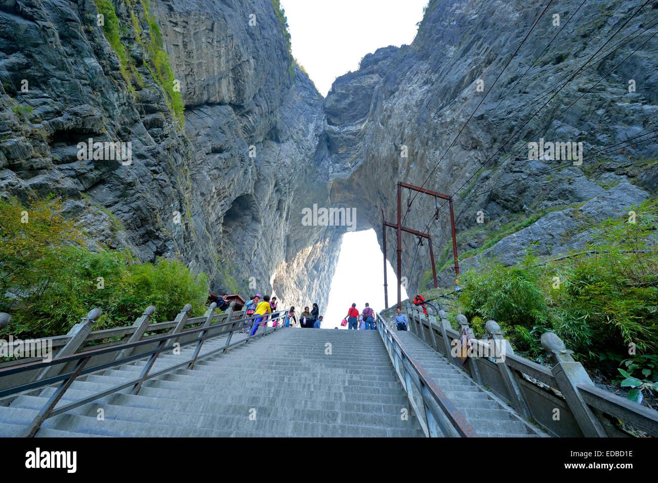 Ripida scalinata di 900 gradini della porta del Paradiso, Tianmen, grotta, il più grande del mondo di acqua Immagini Stock