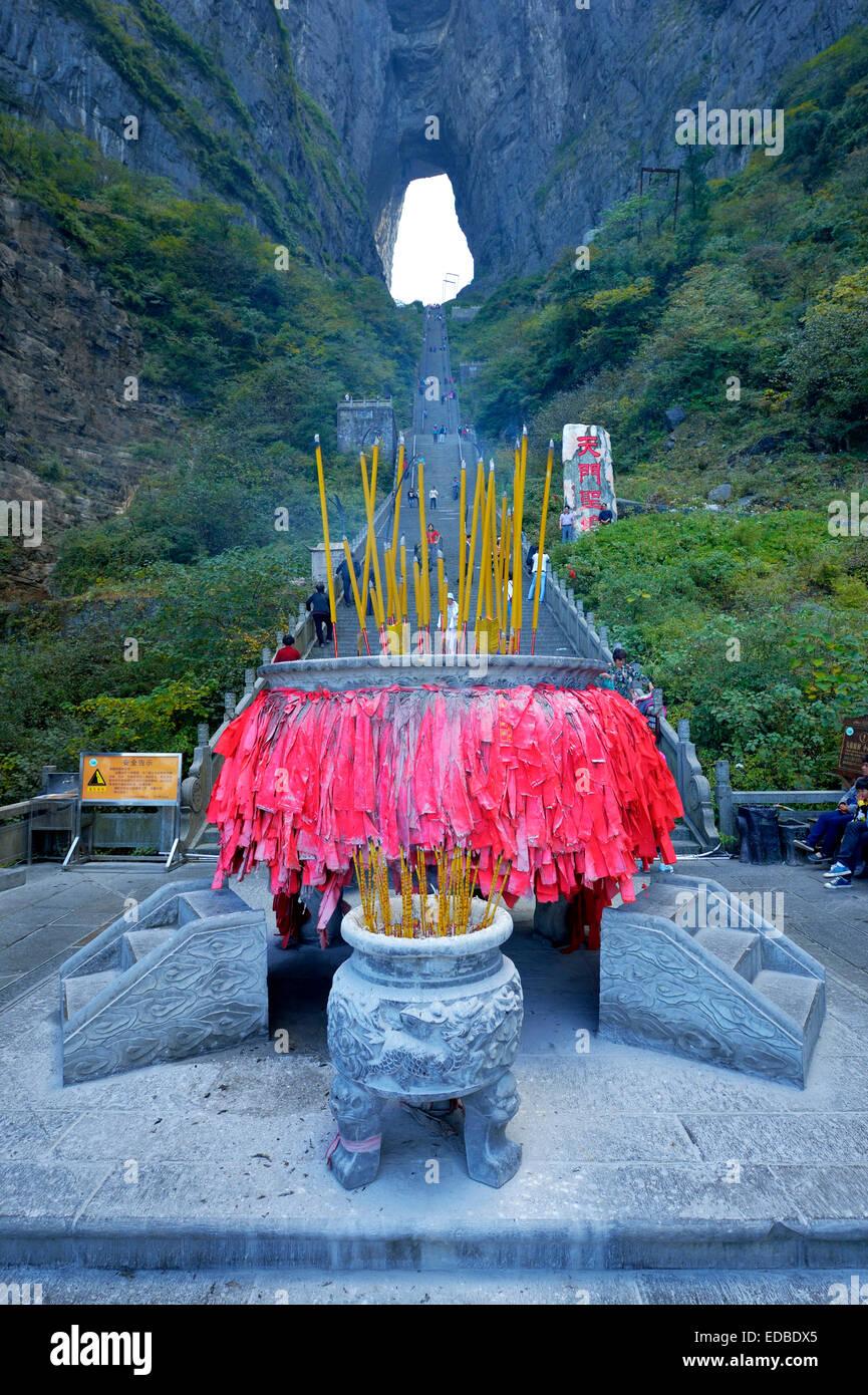 Heaven's Gate con bandiere di preghiera nella parte anteriore, Tianmen Grotta, il più grande del mondo Immagini Stock