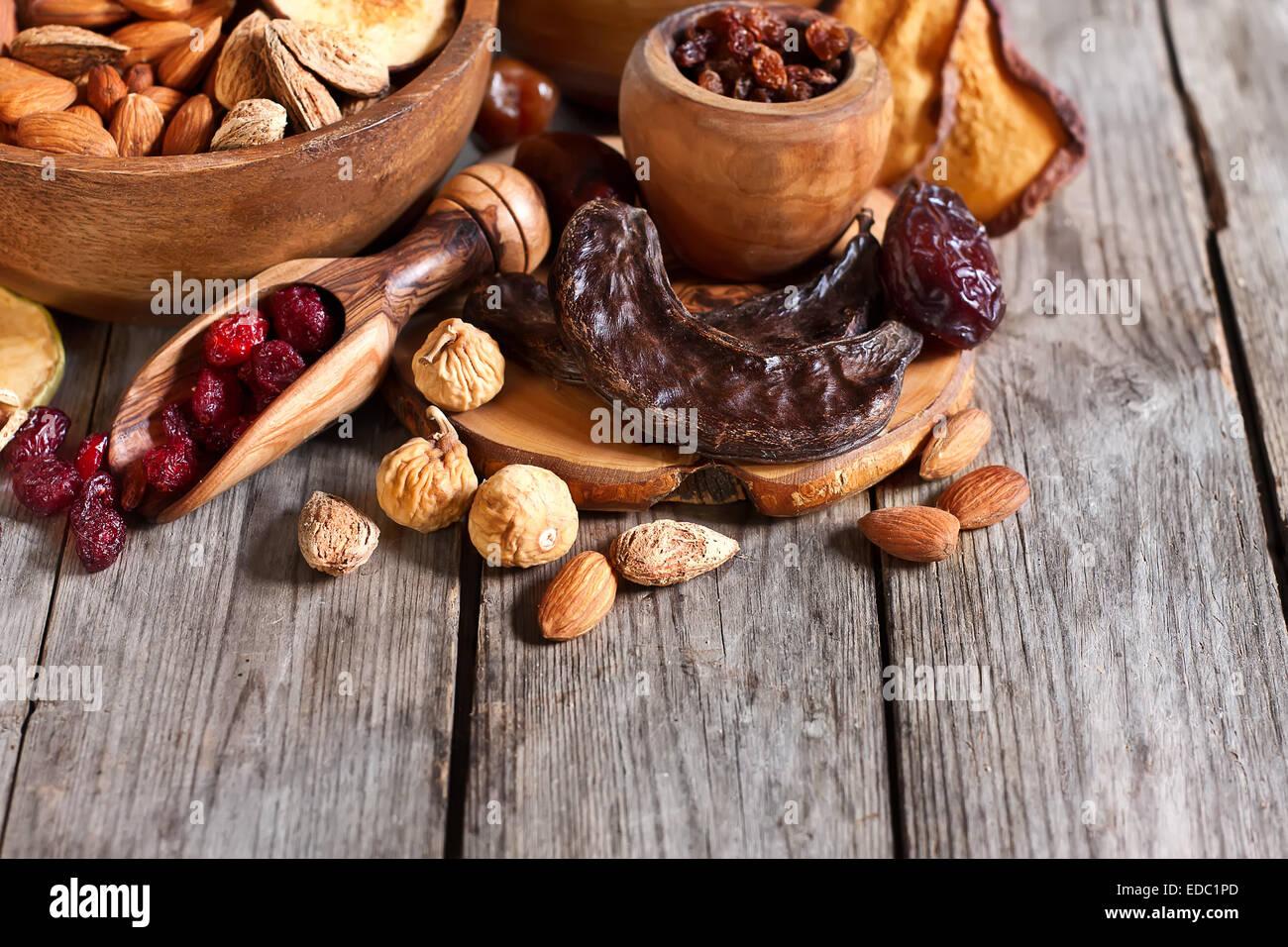 Mix di frutta secca e di mandorle - simboli della vacanza giudaica Tu Bishvat. Copyspace sfondo. Immagini Stock